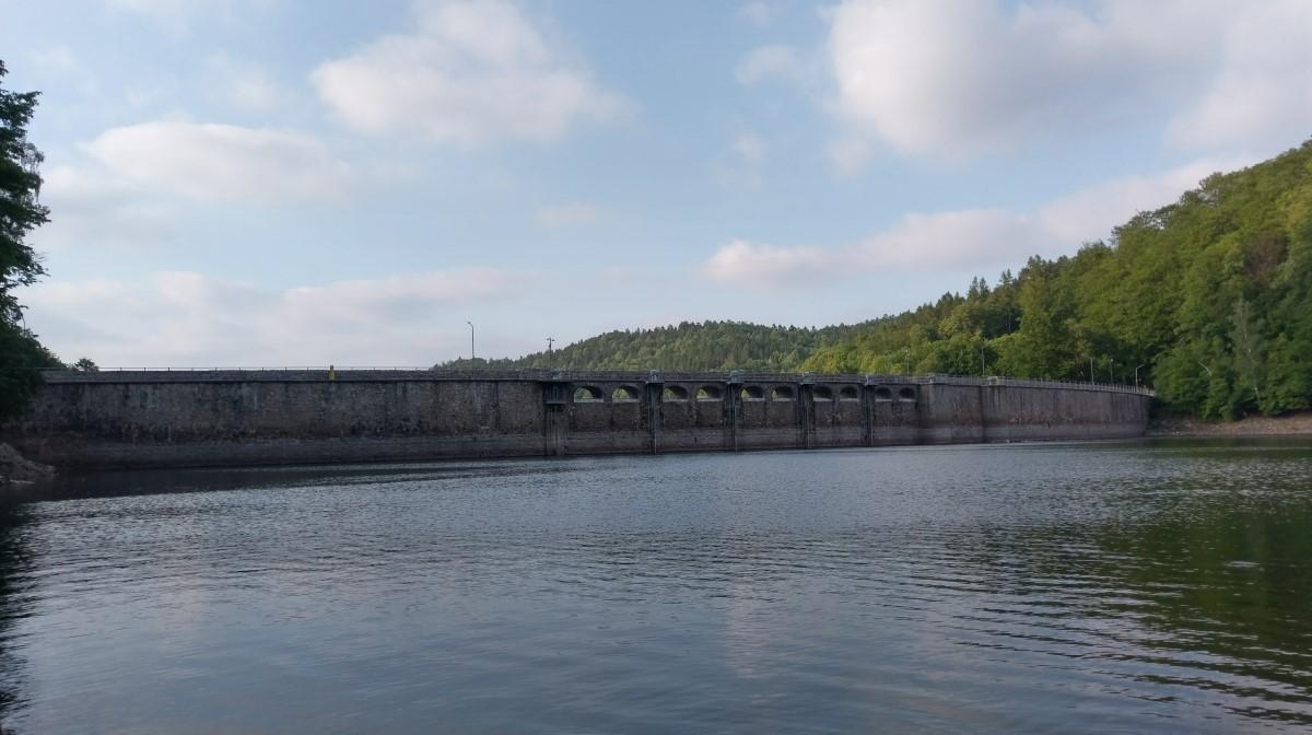 Zapora wodna w Zagórzu Śląskim – zapora na Bystrzycy tworząca Jezioro Lubachowskie. Zbudowana w roku 1917, zapora kamienna, długość w koronie wynosi 230 m, szerokości u podstawy 29 m, wysokość 44 m.