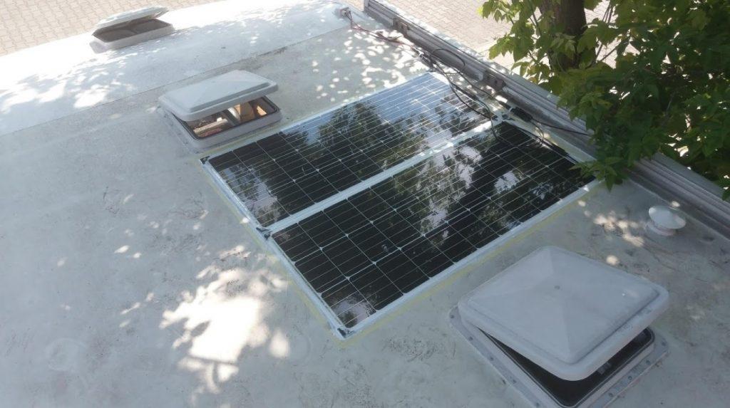 Rzut oka na całość paneli na dachu