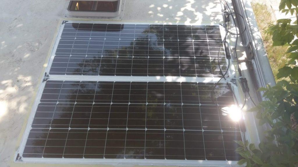 Zamocowane panele słoneczne