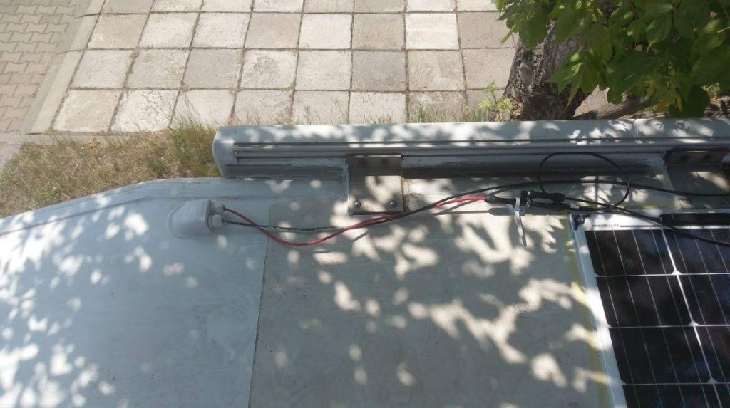 Pociągnięte okablowanie i przelotka dachowa