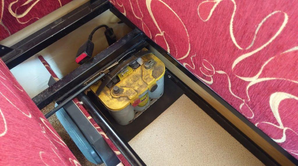 Akumulator przeniesiony do skrzyni pod jedną z kanap
